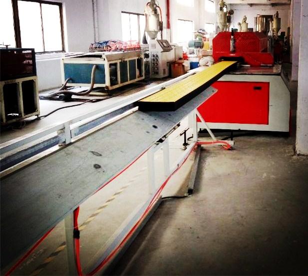 海洋养殖防滑板生产线,400mm塑胶踏板生产设备
