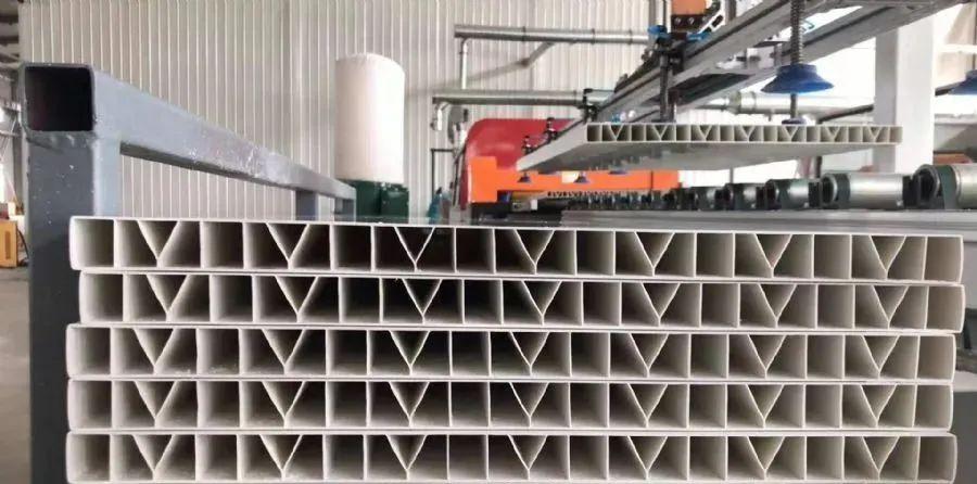供应PVC畜牧围栏板生产线_猪圈养殖护栏板设备