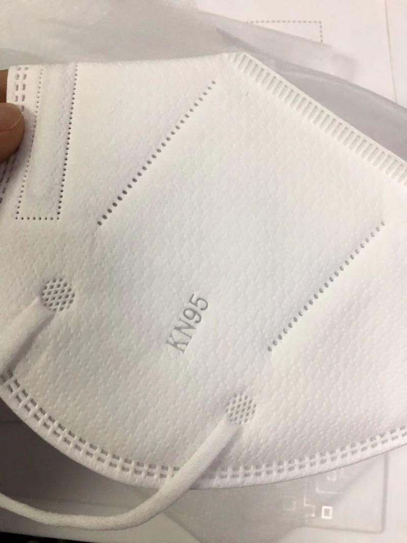 福建厂家供应白色kn95口罩一次性平面口罩 可定制